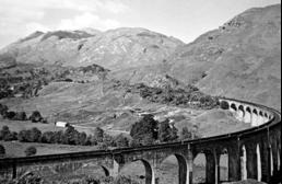Znameniti škotski viadukt zahodnovišavske železnice v Glenfinanu.